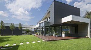 Nowoczesna architektura wymaga rewolucyjnych technologii. Z takiego założenia wyszedł właściciel domu pod Warszawą i za namową architekta zdecydował się sprawdzić na elewacji budynku zalety materiału uznawanego za surowiec XXI wieku.