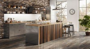 Z salonem rywalizuje o miano serca domu. I wygrywa. Nie ma kompleksów, tętni życiem, skupiając członków rodziny i będąc otwarta na gości. Oto nowoczesna kuchnia: funkcjonalna, komfortowa i… industrialna.