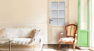 Jak zaaranżować wnętrze w stylu cottage? Postawmy na naturalne materiały i delikatne kolory: odcienie wanilii, écru, beżu, bieli. Niech we wnętrzu króluje drewno, najlepiej surowe, z widocznymi sękami i słojami. Ważnym elementem kreującym styl
