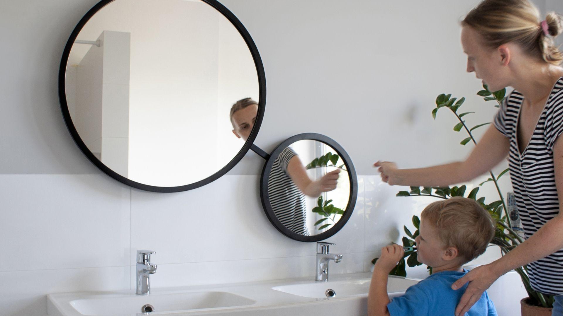 Scandi Duo - podwójne lustro łazienkowe z mechanizmem obrotowym - dla dużych i małych/GieraDesign. Produkt zgłoszony do konkursu Dobry Design 2019.