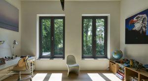 Okna nie tylko oddzielają nas od świata zewnętrznego. To one wpuszczają naturalne światło do wnętrza w dzień i zapewniają widok na okolicę. Dobrze dobrana ilość szyb i rodzaj profili pozwalają dopasować okna do indywidualnych potrzeb.