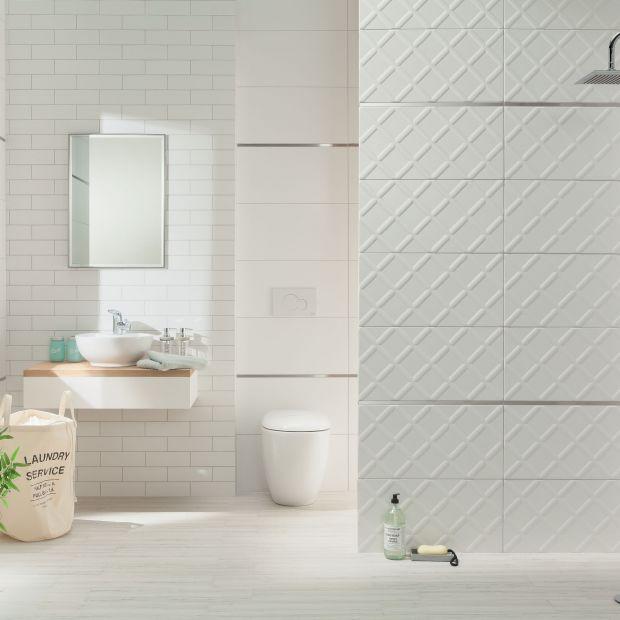 Białe płytki do łazienki - magia prostoty