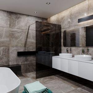 W łazience na ścianach dominuje wzór naturalnego kamienia. Dom HomeKONCEPT 60. Opracowanie projektu i zdjęcia: Pracownia HomeKONCEPT