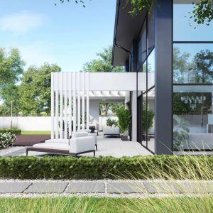 Duże, dwukondygnacyjne przeszklenia dodatkowo uatrakcyjniają bryłę domu i doskonale doświetlają wnętrza. Dom HomeKONCEPT 60. Opracowanie projektu i zdjęcia: Pracownia HomeKONCEPT
