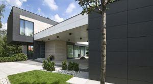 Właściciel tego domu postanowił stworzyć pod Warszawą idealną przestrzeń do życia dla swojej pięcioosobowej rodziny. Projekt zakładał czytelną dla otoczenia bryłę, na tyle odważną w formie, żeby zaspokoić estetyczne potrzeby inwestora i