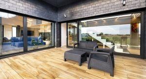 Okazałe wyjście na taras lub balkon to prawdziwa ozdoba domu. Szczególną popularnością cieszą się systemy podnoszono-przesuwne, które wyglądają nowocześnie i są wygodne w obsłudze. Podpowiadamy, na co zwrócić uwagę przy ich wyborze i mont