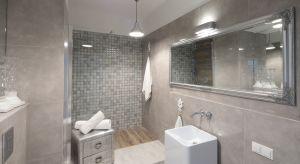 Jedno spojrzenie wystarczy, aby przekonać się, że aranżacja łazienki wymyka się schematom i definicjom. Emanuje za to charakterem, jednocześnie urzekając spokojem.