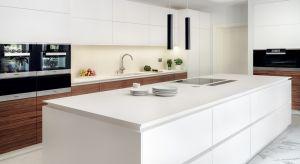 Czystą, minimalistyczną formę prezentowanej kuchni wyznaczają wyważone proporcje i rytm geometrycznych podziałów. Bezuchwytowe frontypodkreślają jednolity i lekki charakter zabudowy.