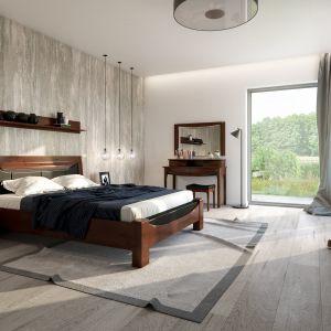 Meble z kolekcji Bari z frontami z litego drewna dębowego;  łóżko z tapicerowanym zagłówkiem. Fot. Mebin