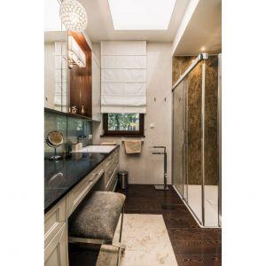 Rodzinny apartament na Saskiej Kępie - łazienka przy sypialni gospodarzy. Projekt: Viva Design. Fot. Dekorian Home