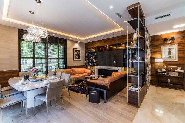 Właściciele długo szukali apartamentu, który spełniałby ich oczekiwania. Kiedy wreszcie znaleźli go na klimatycznej Saskiej Kępie, zależało im, żeby był wykończony na najwyższym poziomie.