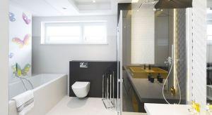 Prosta i niemal pozbawiona dekoracyjnych detali łazienka nie jest chłodna ani surowa. Radosny nastrój wprowadza tu motyw kolorowych motyli przy wannie, przywodzący na myśl dziecięcą beztroskę.