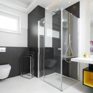 Łazienka została zaaranżowana bardzo praktycznie i funkcjonalnie. Proste, geometryczne kształty ceramiki i kabiny prysznicowej porządkują przestrzeń. Projekt: Agnieszka Hajdas-Obajtek (Arte Dizain). Fot.  Bartosz Jarosz