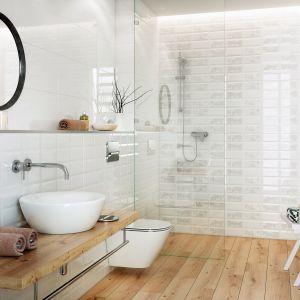 Kolekcję białych płytek bazowych Naris uzupełniają płytki strukturalne wzornictwem nawiązujące do starych kafli i dekoracyjne inserta z patchworkowym wzorem. Dostępne w ofercie firmy Cersanit. Fot. Cersanit