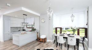 Stylowa, elegancka, przestronna. Takie wrażenie robi ta otwarta kuchnia połączona z jadalnią. Dodatkowym atutem jest piękny widok na ogród, który można podziwiać przez wysokie okna.<br /><br />