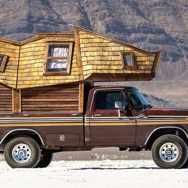 """Mały, drewniany dom na """"czterech kółkach"""". Jego powierzchnia to jedynie 2 metry kwadratowe!"""