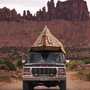 Jacob i zaprojektował dach i boki małego domu tak, aby były aerodynamiczne co pomaga w sterowaniu samochodem podczas jazdy po drodze. Fot. Sara Underwood