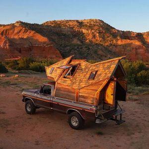 """Ten dom na """"4 kółkach"""" idealnie wpisuje się w ostatnio modny trend małych domów, który zdobywa popularność w USA.  Fot. Sara Underwood"""