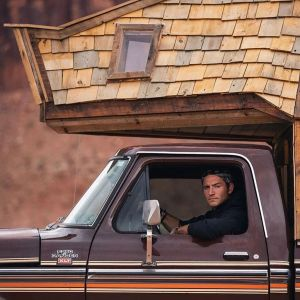 """Jacob Witzling jest budowniczym kabin (i nauczycielem drugiej klasy), który obecnie podróżuje tą ekscentryczną i niezwykłą """"kabiną ciężarówki"""" po całych Stanach Zjednoczonych. Fot. Sara Underwood"""