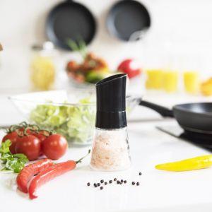Akcesoria w czarnym kolorze do modnej i nowoczesnej kuchni. Fot. Galicja dla Twojego Domu