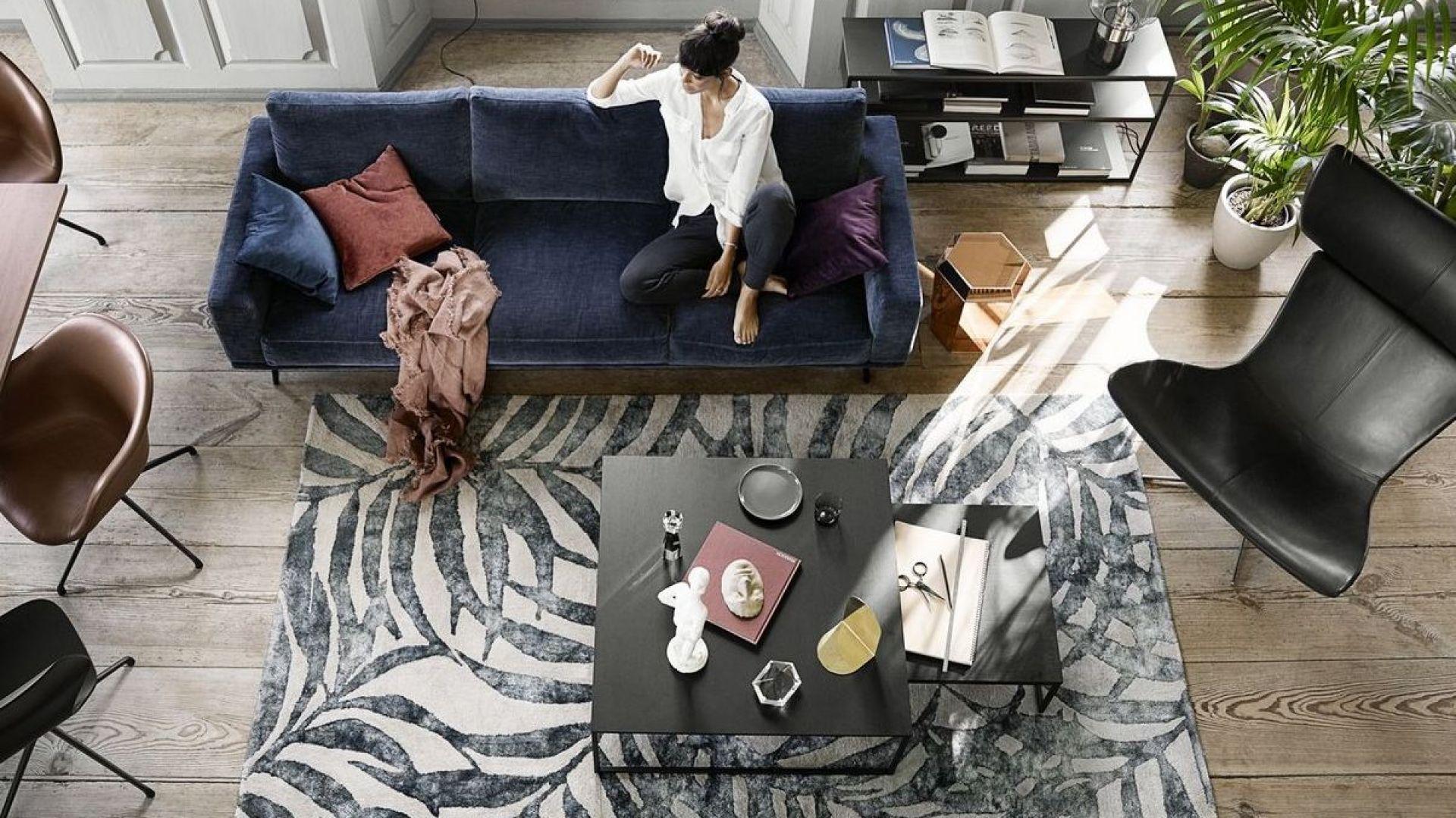 Duża, 3-osobowa sofa Carlton tapicerowana ciemnoniebieską tkaniną Napoli. Fot. BoConcept,