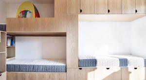 Mieszkanie z lat 70. przeszło całkowitą metamorfozę. Jej celem było przystosowanie przestrzeni do potrzeb pięcioosobowej rodziny. Reorganizacja miała umożliwić domownikom zarówno wspólne spędzanie czasu, jak też zapewnić każdemu z nich wła