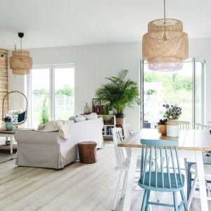 Nowoczesny salon - projekty polskich architektów. Projekt: Fot. Quick-Step Home on The Hill