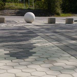Otoczenie domu - kostki w kształcie heksagonów. Fot. Libet