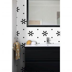Gresowa mozaika Dunin Mini Hexagon to modny dodatek pozwalający na tworzenie niebanalnych aranżacji. Klasyczne czarno-białe barwy wprowadzają ponadczasowy styl, który poprzez geometrię płytek przełamywany jest odrobiną kompozycyjnego szaleństwa. Sześciokątne kostki dostępne są w wersji białej lub czarnej, a także w kilku wzorzystych wariantach. Fot. Dunin