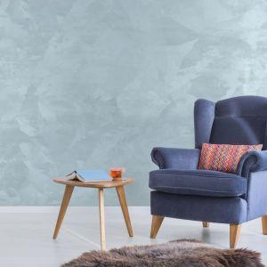 Taki efekt na ścianie osiągnąć można dzięki farbie Primacol Royal Silk. W strukturze przypomina dotyk jedwabnej tkaniny, dzięki zawartości perłowych wypełniaczy na dekorowanej powierzchni powstają migoczące refleksy. Fot. Primacol Decorative