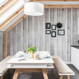 Ścienne panele dekoracyjne VOX Motivo realistycznie odwzorowują rysunek takich materiałów jak kamień, drewno czy cegła; na zdj. wzór Quercia Bianco z kolekcji Classic. Fot. VOX