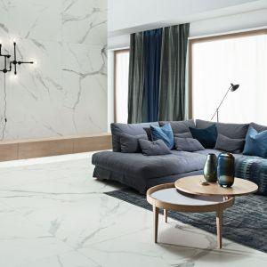Wielkoformatowe płyty gresowe z kolekcji Monolith Pietrasanta marki Tubądzin –bardzo elegancka propozycja do salonu czy łazienki, dająca przy tym ogromne możliwości aranżacyjne. Fot. Tubądzin