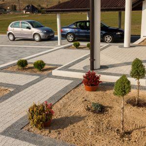 Planując podjazd warto pomyśleć o miejscu parkingowym dla gości na posesji. Fot. Buszrem
