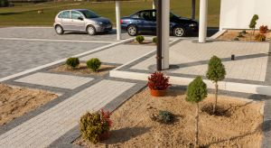 We współczesnych projektach otoczenia domów jednorodzinnych podjazd z reguły został zredukowany do prostej i możliwie krótkiej drogi między wjazdem na działkę a bramą garażową.