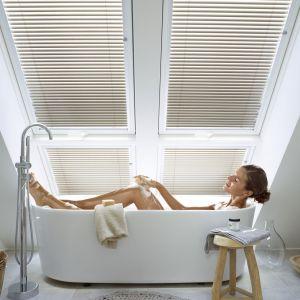 Żaluzje do okien dachowych z oferty Velux zapewniają prywatność i pozwalają na kontrolowanie kierunku i natężenia światła; Fot. Velux