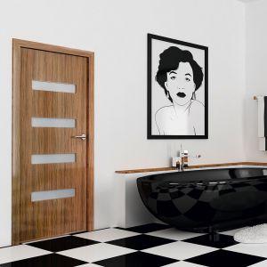Drzwi Bolzano dostępne są w wersji z dużym lustrem w drzwiach lub też z wyciętą klapką dla kota (w łazienkach najczęściej stoją kuwety). Fot. Inter Door