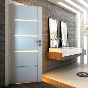 Siedem dostępnych wariantów z matowymi przeszkleniami o różnej wielkości sprawia, że skrzydła drzwiowe Passo pozwolą doświetlić wnętrze łazienki i zagwarantować prywatność użytkownikom. Fot. Pol-Skone