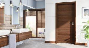 Aby drzwi do łazienki służyły nam przez lata,trzeba wybrać model, który komponuje się z wystrojem wnętrza i zapewnia poczucie intymności. Muszą być też odporne na wilgoć i gwarantować odpowiednią cyrkulację powietrza.