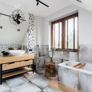 Ściany zdobią wzorzyste płytki z kolekcji Paris Saint Germain zaprojektowanej przez Macieja Zienia. Projekt: Agnieszka Hincz. Fot. Michał Młynarczyk