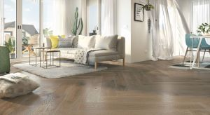 Płytki podłogowe w salonie stają się coraz bardziej popularne. Są piękne i doskonale sprawdzają się na popularnym ogrzewaniu podłogowym. Poza tym, bogactwo wzorów i formatów przyprawia wręcz o zawrót głowy.