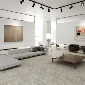 Nowoczesny salon - modne płytki ceramiczne. Kolekcja Nanofacture grey. Fot. Apavisa
