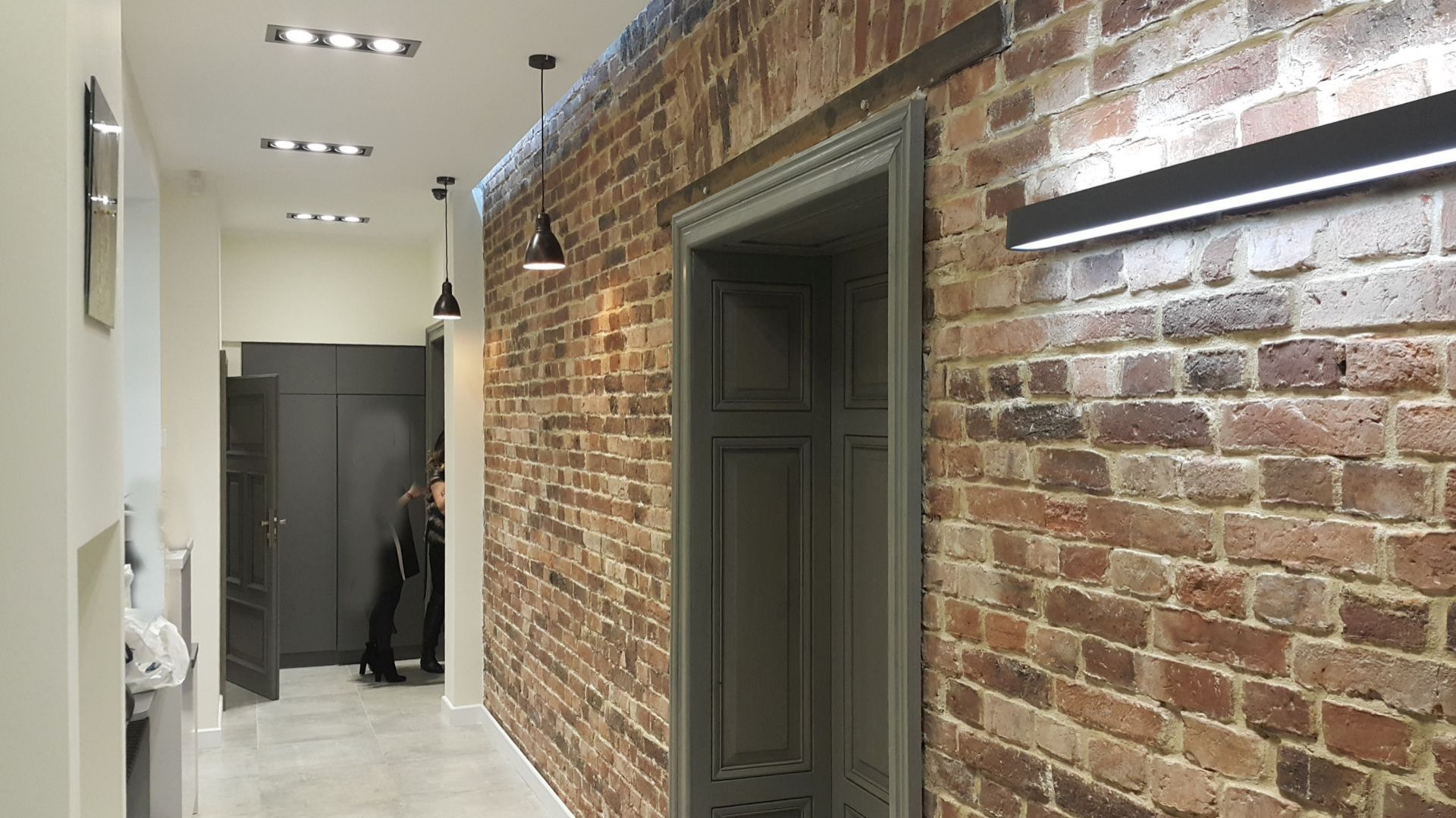 Warto uzyskać pozwolenie na budowę, nawet po to, by wykonać kilka otwarć w ścianach konstrukcyjnych i uzyskać nową, lepszą przestrzeń z charakterem, np. odkuć tynk i odsłonić istniejącą, piękną cegłę. Fot. Studio BB Architekci