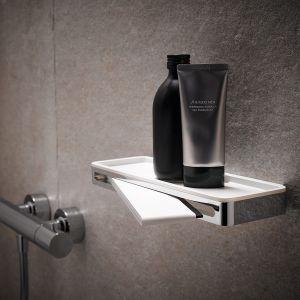 Półka prysznicowa Keuco Plan na podręczne akcesoria ze zintegrowanym ściągaczem do szkła chowanym w środku. Fot. Keuco