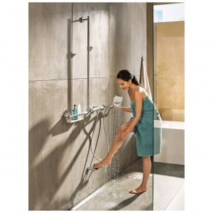 Drążek prysznicowy Unica Comfort mogący służyć jednocześnie za uchwyt dzięki nośności 200 k. W serii również wspornik ścienny z elementem antypoślizgowym stworzony z myślą o myciu i pielęgnacji stóp. Fot. Hansgrohe