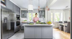 Otwarta przestrzeń ubrana w stonowaną paletę barw i klasyczne formy to cechy charakterystyczne tej pięknej kuchni, która powstała w średniej wielkości mieszkaniu. Stworzenie tego wnętrza było jednak sporym wyzwaniem!