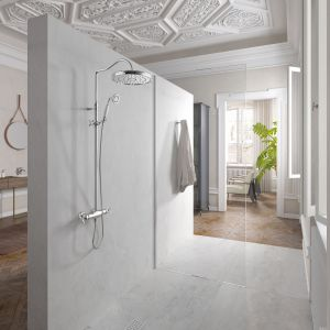 Zestaw prysznicowy Monoclasic z deszczownią, baterią z krzyżowymi kurkami oraz rączką prysznicową w klasycznej stylistyce. Fot. Tres