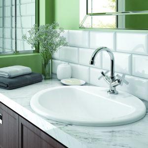 Wpuszczana w blat, owalna umywalka Konwalia z otworem na baterię stojącą: na zdj. dwuuchwytowy model Lucerna. Fot.  Deante