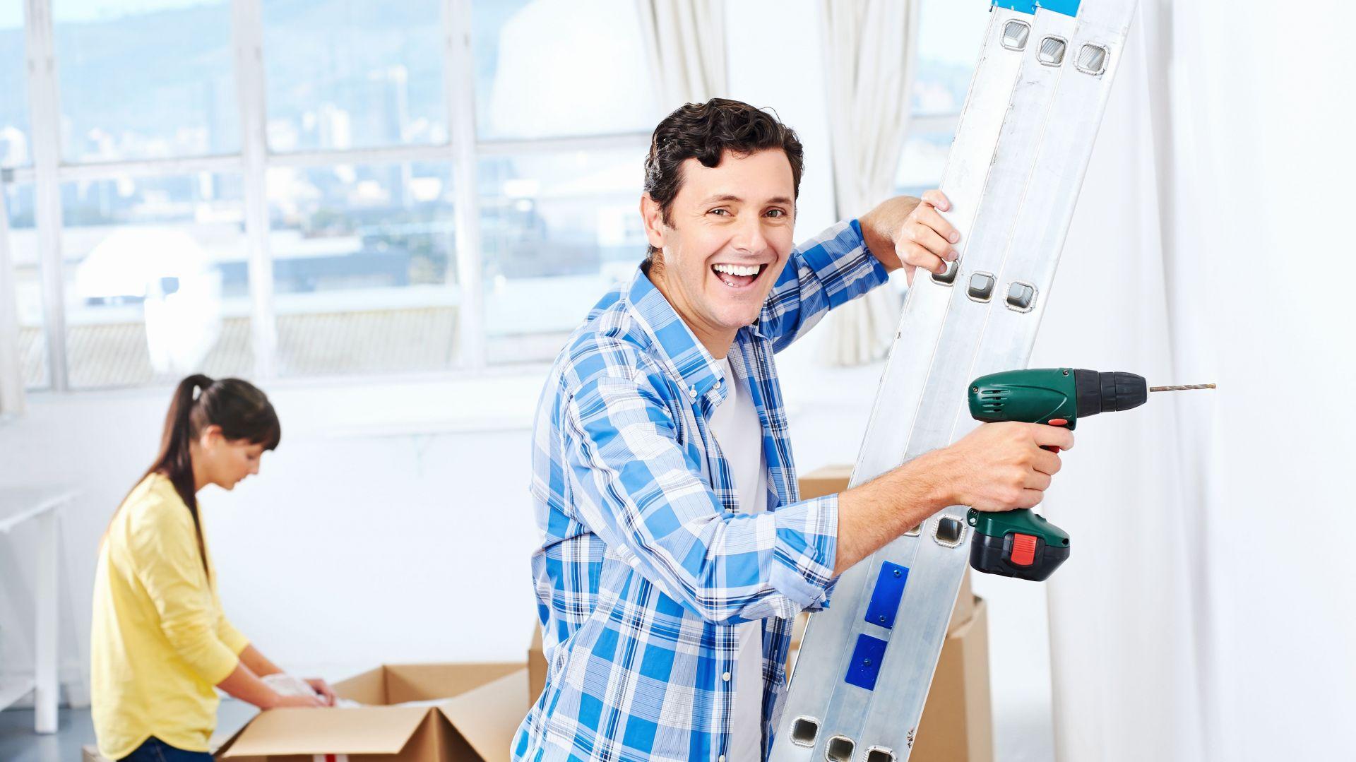 Mieszkanie na wynajem nie powinno być zupełnie surowe. Warto dodać akcent kolorystyczny przy malowaniu ścian, czy też pojedyncze obrazki lub plakaty na ścianach. Fot. Shutterstock