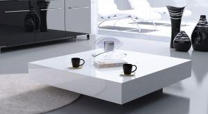 W ostatnich latach stoliki kawowe cieszą się ogromną popularnością, wypierając z naszych mieszkań obszerne ławy. Nic dziwnego – są dużo bardziej praktyczne, a dodatkowo mogą stanowić ciekawą ozdobę salonu.