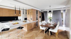 Salon połączony z kuchnią i jadalnią to rozwiązanie często stosowane przez architektów. Będzie praktyczne w niewielkiej kawalerce, jak również w dużym wnętrzu.
